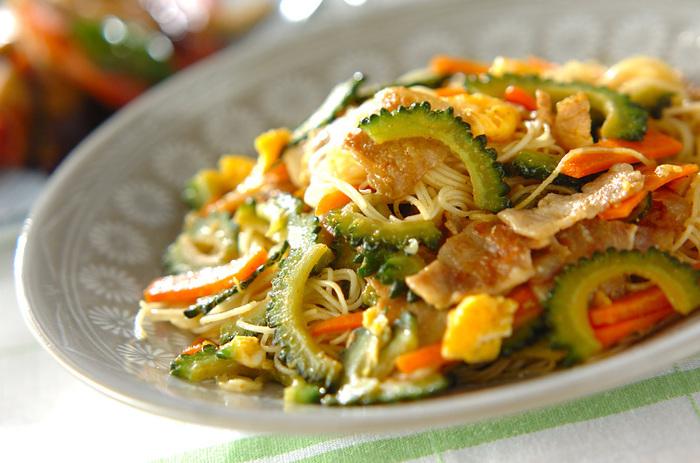 沖縄料理の定番、'ゴーヤの素麺チャンプルー'のカレー風味バージョン。ゴーヤとカレー味って実はとてもよく合うんです。お肉や野菜をたっぷり入れて、スタミナをつけましょう。