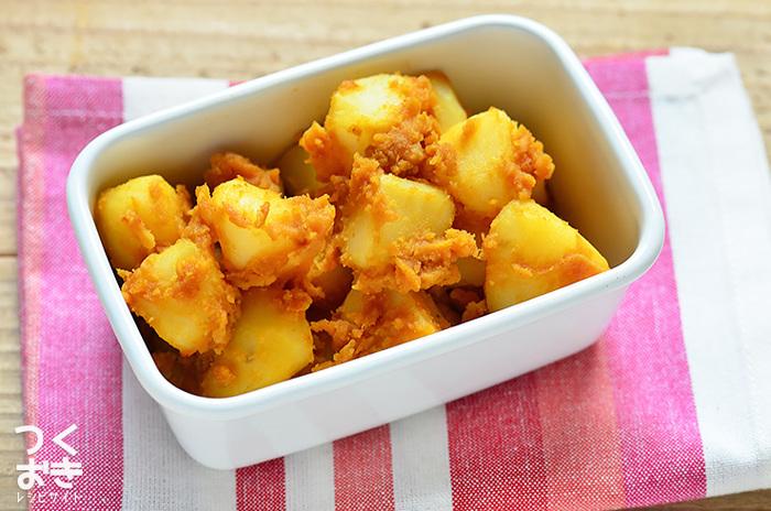 粉ふき芋にフレークタイプのカレールウ、オイル、調理酢などを絡ませただけで簡単にできるポテトサラダ。ほくほくな食感とカレー味の絡まり具合が絶妙。温めなおしても美味しいので、一度にたくさん作っておいてもいいですね。