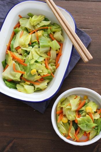 電子レンジで蒸したキャベツに、めんつゆとカレー粉で味付け。仕上げにバターのコクをプラスすれば、簡単なのに、あとを引く美味しい常備菜の出来上がり。入れるお野菜は、お好みで旬のものを追加しても。味がしっかりついているので、お弁当の副菜にもぴったりです。