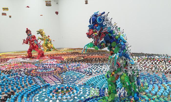 藤 浩志さんの「Happy Paradies 2015」。金沢21世紀美術館に展示されています。 細かいパーツで作られた怪獣達、きれいに色がまとめられていますが、手前の怪獣はよく見ると一部にトーマスが!足元もドラえもんやパンダなどが敷き詰められています。全体を捉えたときと細部に目を凝らしたときとで受ける印象が違ってくる、面白い作品。
