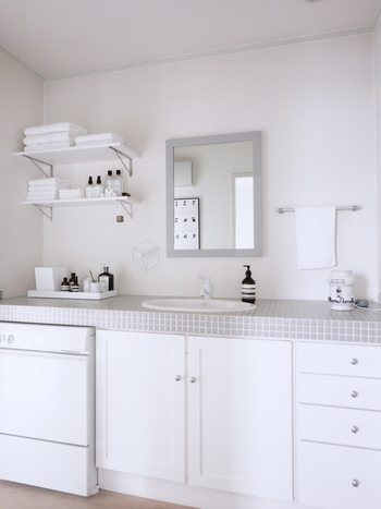 洗面所は清潔さを大切にしたい場所。白をベースに、タイルや鏡などグレーをポイント使いすると洗練られた雰囲気に。ライトグレーなら白にそっと優しさを添えてくれます。