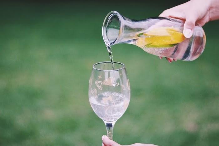 外側からのケアと同じくらい、内側からのビューティーケアも大切。食べ物やサプリントなど、いろいろなビューティーケアがありますが、まずはたっぷりの水を飲んで体の中の循環を助けてもらいましょう。