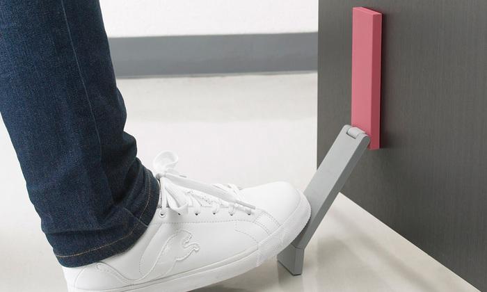 こんなの欲しかった!立ったまま足で操作できる便利でスタイリッシュなドアストッパー。マグネット式ですので、スチール製ドアにそのまま簡単に取り付けられます。