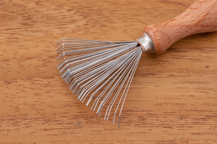 扇形に広がったステンレススチールでしっかりと髪の毛を掻き出してくれるので、お気に入りのブラシを長く愛用したい方は是非一度使ってみてください。また、人間用だけでなく、ペットブラシのお掃除にもおすすめです。
