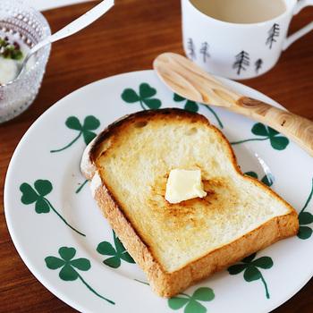 幸運の四つ葉のクローバーが描かれた「Lucky clover」。朝の食卓に並べたら、その日は何かいいことが起こりそう♪