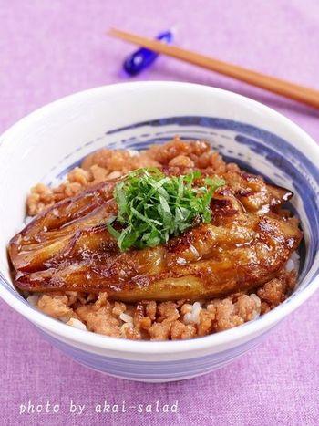 見た目からも食欲をそそる「茄子の蒲焼丼」。コクのあるタレを絡めた鶏ひき肉とナスが相性抜群♪思わず真似したくなるレシピです。