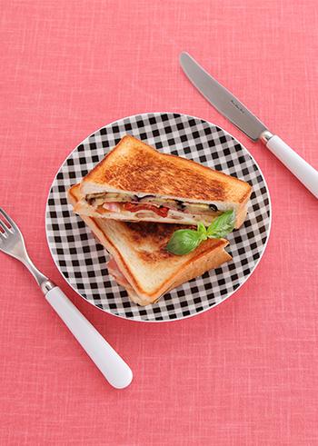 こちらは「ナスときのこのホットサンド」。中にはナス、きのこ、ドライトマト、ベーコン、チーズが入っています。美味しさはもちろん、見た目もオシャレな一品です*