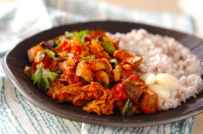 野菜たっぷりの「ナスカレー」で元気をチャージ♪にんにく、生姜、そして隠し味の味噌でご飯が進みます。煮込み時間10分程度で本格的な味を楽しめるのも嬉しいです。