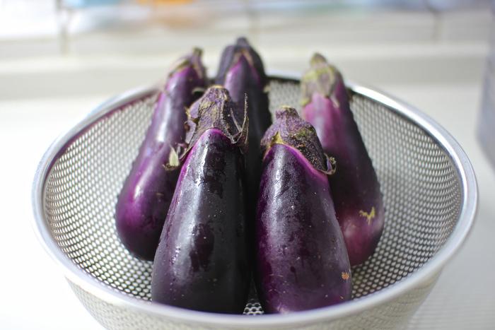 年間を通して食べられるナスですが、旬の時期は7~9月。まさに今が美味しい季節です!みずみずしくて様々なお料理に大活躍してくれるナスを使って、暑い夏を乗り切りましょう!