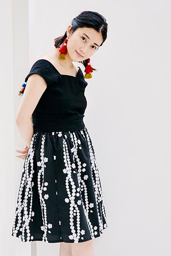 パールとお花のデザインが素敵な『And Curtain Call(アンドカーテンコール)』のスカート。ちょっと個性的なアイテムを合わせたコーディネートでも、カラーをブラックでまとめることで大人の遊び心が生まれます。耳元のエスニックなイヤリングを揺らして、顔周りをぱっと華やかに。