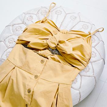 鮮やかな黄色が印象的なこちらのワンピースは『Sea New York(シーニューヨーク)』のもの。胸元のリボンやバックデザインが、適度な肌見せを演出してくれます。