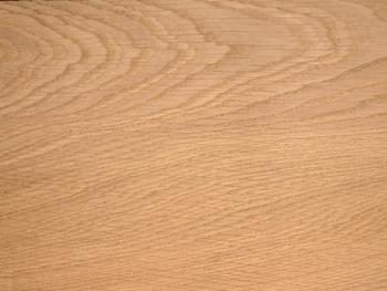 昔からとても馴染みのある木材としても知られています。無垢材らしさを感じることができる素材なのでとても人気ですよ。