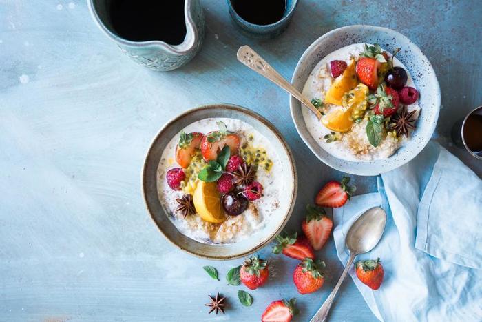 テーブルを彩る、素敵な朝食。フォトジェニックな【写真映えのする】朝食をよく見ると、フルーツや野菜ををたっぷり使ってあったり、美しく盛り付ける工夫がされてありますよね。