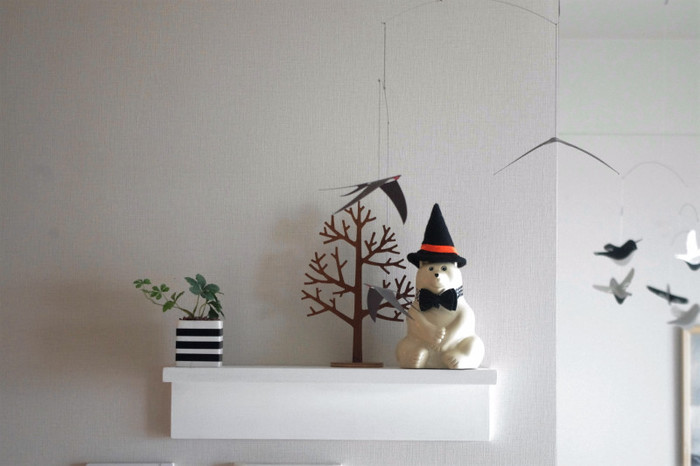 ちょっとの工夫でも、気軽に可愛くハロウィンのデコレーションは楽しめます。 シロクマの貯金箱に、魔女の帽子をかぶせたり、植木鉢を白黒のボーダーでデコレーションしたり...。