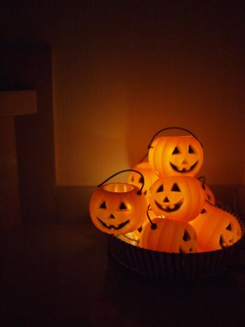 小さなランタンをいくつもまとめて無造作に。 たくさんの本物のかぼちゃランタンを用意するのは難しいけれど、ライトでも十分ハロウィンの夜の雰囲気が楽しめます。
