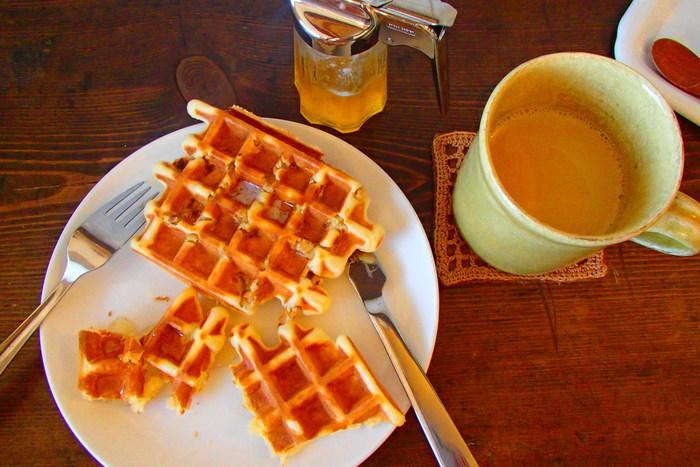ワッフルや季節のスイーツなどカフェタイムにいただける軽食もあるほか、お昼時にはお店で焼いた自家製パンを使ったランチプレートもおすすめですよ。