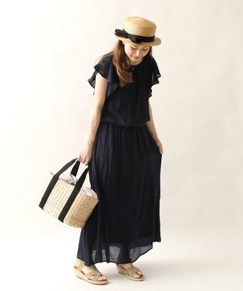 重たくなりがちな黒のワンピースも、フリルの袖が軽やかに見せてくれます。カンカン帽やカゴバッグを合わせて夏らしさをプラスして。