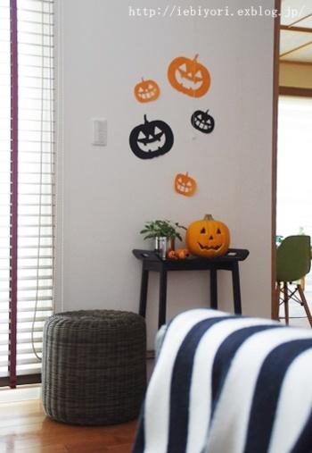 お部屋全体にハロウィンイメージを作るポイントは、壁などのデコレーション。飾るペースが大きいところは大胆に演出すると部屋全体をガラッと変えることができます。