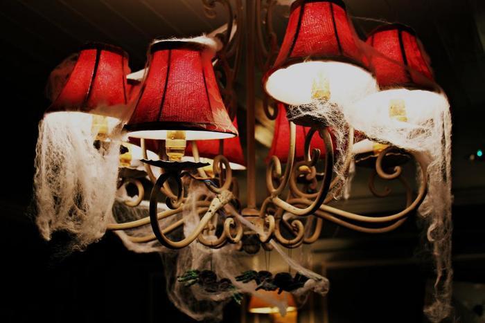 照明にくもの巣やホコリを模した綿や生地を巻きつけても。不気味な雰囲気がまた楽しいもの。