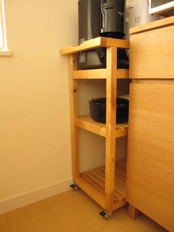 キャスターの付いたワゴンなら、いつもはキッチンの片隅にすっぽり収まる収納棚として使いつつ、必要な時に引っ張り出す、という使い方も。
