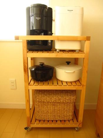 例えば人がたくさん集まるホームパーティなどに、ポットやお茶などを置いておいて、フリードリンクのサーバー台として使うのも良いですね。たくさん料理を作る時には、一時的な置き場所としても活躍してくれそうです。