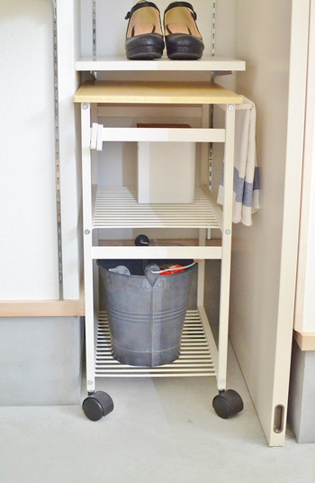 掃除道具やお手入れ道具って持ち運ぶのが面倒な時もありますよね。ワゴンに全部まとめておけば、ワゴンごと運んで使いたい場所に持って行き、サイドテーブル兼 作業台としても使うこともできますよ。