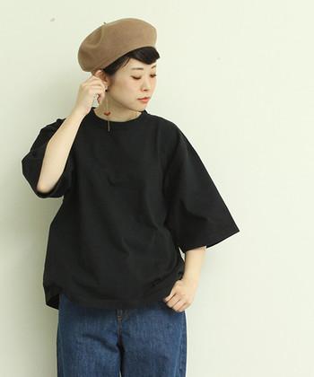 コットン素材の5分袖カットソー。他に白とグレーがあり、しっかりとしたコットン素材です。大人っぽくカジュアルに着こなせる一枚です。