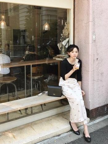 白や黒のシンプルな七分袖カットソーは、一枚で着ても、インナーに着ても使えて便利です。パリジェンヌみたいなシンプルで可愛らしい着こなし。