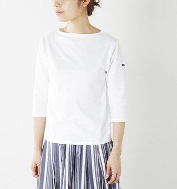 フランスのマリンカジュアルの定番ブランド「SAINT JAMES(セントジェームス)」。薄手でやわらかな着心地の七分袖カットソーは、体に程よくフィットして、フェミニンに上品に着こなせる一枚です。左袖のタグが小さなワンポイントになっています。