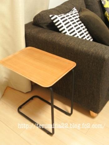 ソファーならこんな感じの高さだと使いやすそうですね。サイドテーブルの高さを選ぶ時には、肘掛け部分の高さを基準にして少し低めを選ぶと、手を伸ばしたとき使いやすくて良いでしょう。