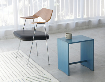 シンプルな形がおしゃれなスツール。サイドテーブルとして作られたと言われても違和感がありません。