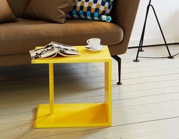 横に倒したこんな使い方もありますよ。スツールとサイドテーブルの2way使いができるだけでなく、カラフルなカラーバリエーションもうれしいですね!