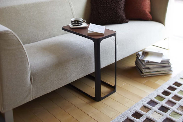 ソファー脇だけでなく、自分のテリトリーに合わせて設置すれば使い勝手もさらにアップ♪