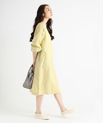ふんわりふくらんだバルーン袖がかわいいワンピース。リネン素材でさらりとした着心地で、淡いイエローがきれいです。