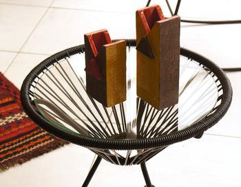 透明なガラスがおしゃれなサイドテーブル。洗練されたデザインはインテリアとしての魅力を十分に発揮してくれますが、屋外でも使えるんです。