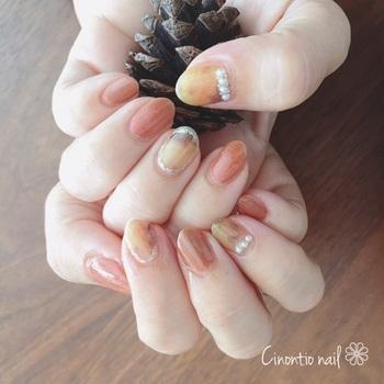 べっ甲柄のシールを使って簡単に楽しめるネイル。シール以外の指のテラコッタのようなカラーも素敵です。こちらは2色を重ね塗りしていますよ。
