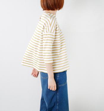 風合いあるコットン素材のボーダーカットソー。ふわりと広がる裾は、動くたびに揺れて軽やか。スカートもパンツも可愛らしく着こなせますよ。