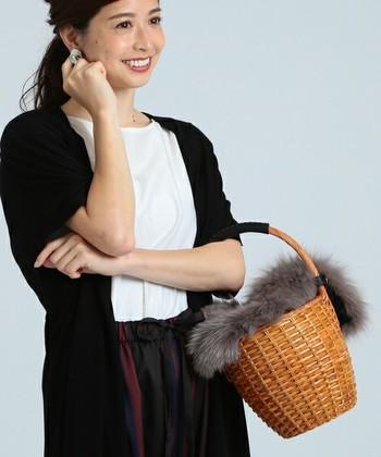 バケツ型のかごバッグにボリュームのあるファーをプラスした、トレンド感をプラスしてくれるバッグ。かごバッグはカジュアルになりがちですが、光沢のあるファーがエレガントな雰囲気を演出してくれます。