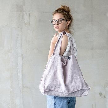 ざっくりとしたリネンのトートバッグなら、どんな着こなしにもぴったり。シンプルなデザインでも大きなサイズを選ぶことで、今年らしさがUP!