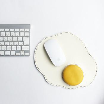 美味しそうな目玉焼きモチーフのマウスパッド。見た目の可愛らしさはもちろん、日本最高品質の栃木レザーが使われたこだわりのアイテムです。