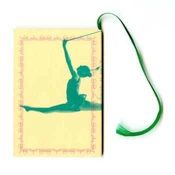 いつも向き合うデスクに、可愛くてちょっぴりユニークなアイテムを置いてみませんか。美味しそうなマウスパッドや、ドッキリしちゃうようなペーパーウェイトなど…ユーモアあふれる文房具&小物を集めました♪