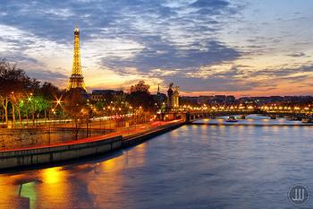 おしゃれなパリの秋も、外せません。バックミュージックにシャンソンが流れてきそうな、フレンチシックな雰囲気が魅力です。
