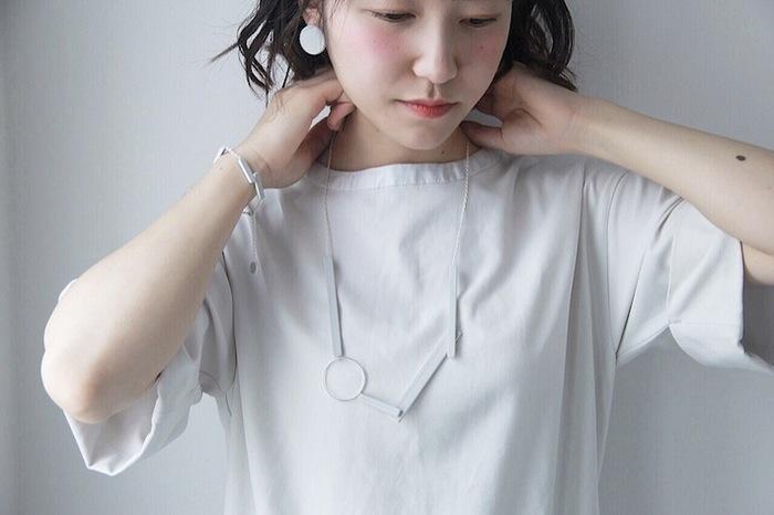 ボリュームのあるネックレスでも、マットな質感なので存在感がありつつ、いつものコーデにしっくりと馴染みます。つける角度によって見え方が変わる、不思議な雰囲気を醸し出すネックレス。