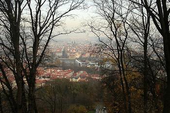 小高い丘、ペトシーンにはエッフェル塔のような展望台があり、そこから眺めた夕暮れ時のプラハの光景は素晴らしいですよ。水面に映る建物や紅葉の始まった木々が、中世色の街並みに溶け込んでいきます。
