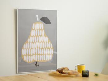 シンプルなお部屋に、グレーをベースにした北欧風のポスターを飾って。グレーは派手になりすぎず、そっと柔らかなニュアンスを与えてくれます。