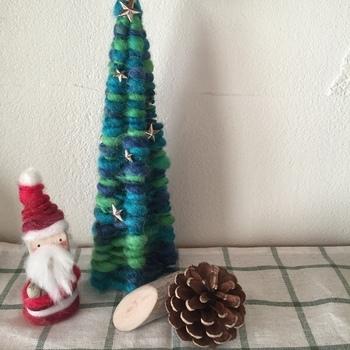 竹串にぐるぐると毛糸を巻きつけて作るツリー。 カラフルな毛糸の組み合わせが素敵。 小さな場所にも手軽に飾ることができます。