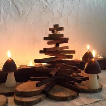 木をクロスしただけのアイディアが光るツリー。長めと短めの木材がミックスされて、ちゃんとツリーに見えます。  こんなふとしたアイディアで、どこにもないツリーができてしまうかも。小さなツリーをハンドメイドして、インテリアをクリスマス風にアレンジしてみてください♪