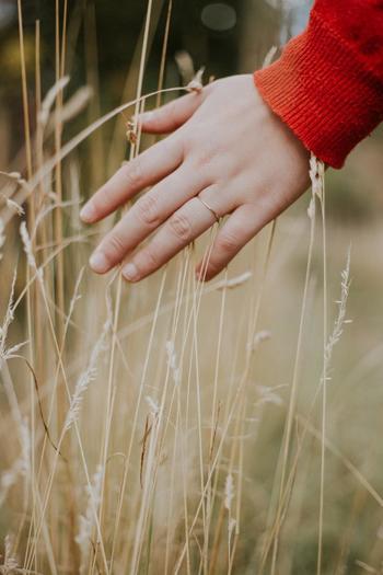 顔と同様に、朝にむくみやすいもうひとつのパーツが手。手の水分も日中は下に下がっていますが、就寝中横になることによって上に戻ってきてしまい、むくんでしまいます。また、腱鞘炎やリウマチなどの症状がある人もむくみやすいので、注意が必要です。