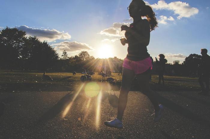 有酸素運動として、ランニングもむくみの解消に効果的。走ることで血行やリンパの流れが良くなるので、むくみの解消につながります。また、汗をかくので老廃物が汗と一緒に流れ、水分も一緒に排出されやすくなります。