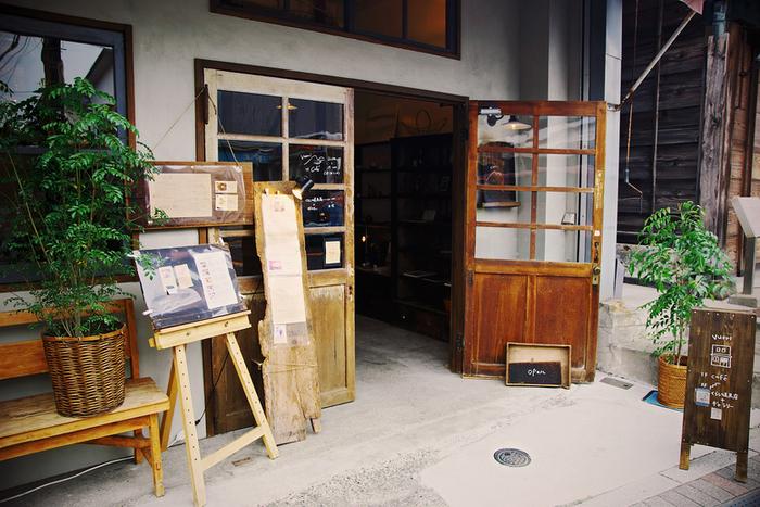 こちらは古民家ではありませんが卸問屋の倉庫を改装してつくられたという「vuor(ブオリ)」。器なども販売されているおしゃれなギャラリーが併設されたカフェです。